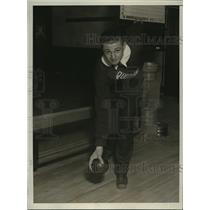 1930 Press Photo Sam Del Vecchio rolls 240 bowling game at DC alleys - net27091