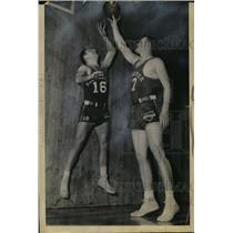 1948 Press Photo Rochester Royals Arnie Johnson & Bill Holzman workout
