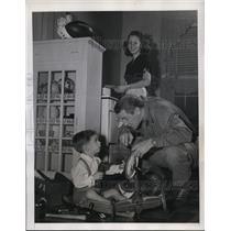 1945 Press Photo Redskins back Frank Filochock son John & wife Ann at home