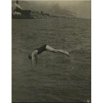 1918 Press Photo Swimmer Waller diving in one of the Great Lakes - net28128