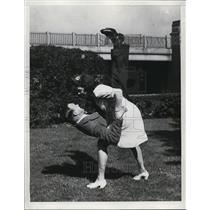1943 Press Photo couple demonstrating a Judo take down move - net28764