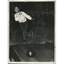 1935 Press Photo Bowler Joe Falcara on lanes at a bowling alley - net28819