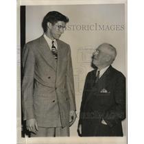 1949 Press Photo Jerry Jung Hutchinson Kansas HS basketball & EC Quigley U of KS