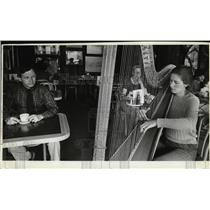 1982 Press Photo Jaren Nine plays classical and pop music at Hamburger Patti's