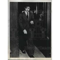 1946 Press Photo Dr. David Shugar, Leaving Ottawa Police Station - nef20379