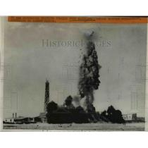 1940 Press Photo Explosion Wreck Italian Fort Madalen During British Bombardment