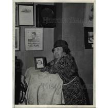 "1933 Press Photo Mrs Joseph Settle Listens to ""Tex"" Settle's Stratosphere Speech"