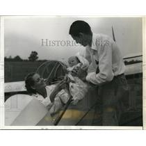 1939 Press Photo Mrs.Helen Montgomery, Women Glider with Husband and daughter