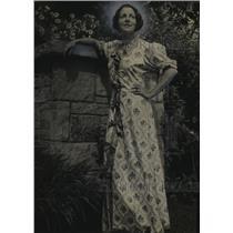 1936 Press Photo Beverly Bayne Silent Movie Star Posing In Boulton Home Garden