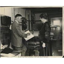 1926 Press Photo Robert Atkinson demonstrates the working of his presses