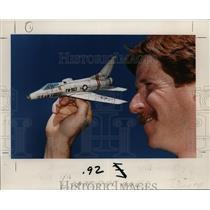 1989 Press Photo Michael Rhodes-model airplane - orb84242