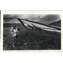 1981 Press Photo Hang Glider Bruce Strange checks helmet before first launch