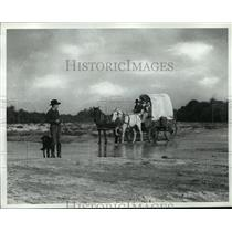 Press Photo Family riding in covered wagon - nera12512