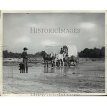 Press Photo Family rides in covered wagon - nera12532