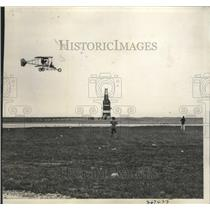 1934 Press Photo Clarence MacArthur flying a 1910 Lincoln Beechey Pusher Plane