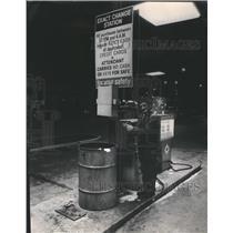 1972 Press Photo Attendent deposits cash in locked box - RRR78565
