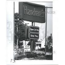 1989 Press Photo Hardee Restaurant Wage Employee - RRR74145