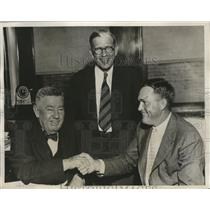 1933 Press Photo Rogers Hornsby signs contract new St. Louis Browns manager