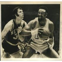 Press Photo Laker Wilt Chamberlain plays against Jerry Lucas of New York Knicks