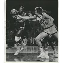 1977 Press Photo Same Lacey-Kansas City Royals, Drives on Kevin Restani-Bucks