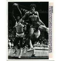 1981 Press Photo Bulletts Mitch Kupchak vs Bulls Scott May, Bulls win 112-100