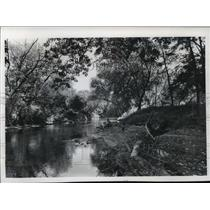 1974 Press Photo Bill Stokes looks at Kickapoo River in Vernon County
