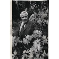 1978 Press Photo Sir George Taylor of Scotland inspects a lavender rhododendron