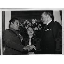 1938 Press Photo Dr Pedro Martinez Fraga & Wife Greeted in Washington D.C.
