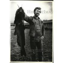 1982 Press Photo Terry York of Beaverton catches a 28-inch ctafish - oro07159
