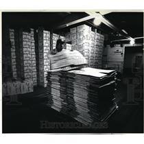 1982 Press Photo Doug Heater flattens boxes no longer needed for frozen shrimps