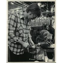 1984 Press Photo Alan Karsh, Tool Room Machinist At Briggs And Stratton