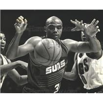 1993 Press Photo Todd Day (Bucks) Knocks Ball From Charles Barkley (Suns)