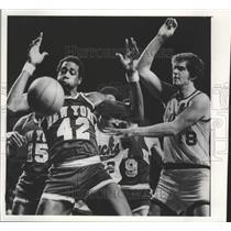 1976 Press Photo Kevin Restani (Bucks) Spencer Haywood (Knicks) Go For Ball