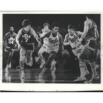 1976 Press Photo Jimmy Price (Milwaukee Bucks) Dribbles Up Court Versus the Jazz