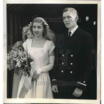 1945 Press Photo Nadine Szechenyi and escort attend wedding of Emily Vanderbilt.