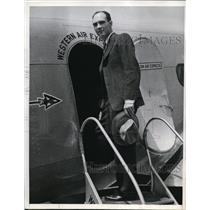 1937 Press Photo Dr Carl Anderson Nobel Prize Winner Boarding Plane For Philly