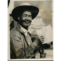1926 Press Photo Chinese Laborer Impressed by Picture of John L Sullivan