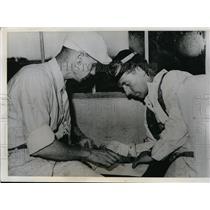 1939 Press Photo Oscar Wiggie Wiggenjost Painter and Racign Filer Joe Jacobs