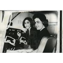 1962 Press Photo Margo Callaway & sister Sandra for International Air Race