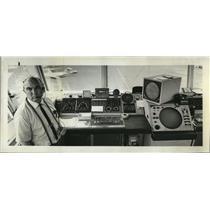 1970 Press Photo Warren Callantine with new bright radarscope at airport.