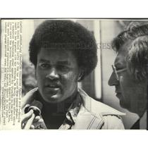 1975 Press Photo Cullen Bryant of Los Angeles Rams with his Attorney Ed Masry