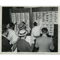 1939 Press Photo Men at racetrack betting with score sheets - net33612