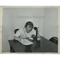 1939 Press Photo Racehorse betting announcer at atelephone at a track