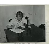 1939 Press Photo Man on phone with scores for horse race betting - net33862
