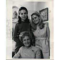 1968 Press Photo Mrs Pat Nixon & Daughters Julie And Tricia At Home - ora71351