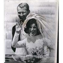 1966 Press Photo Mrs Patrick Mugent Smiles And Waves To Onlookers - ora71491