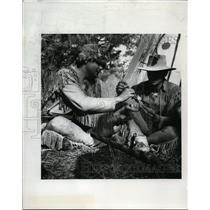 1970 Press Photo Jerry Williams and Gene Chojnecki smoke peace pipe - orb81460