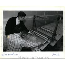 1989 Press Photo Twist-Lok, spills from machine at the end of the manufacturing