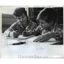 1972 Press Photo School, Gaston Elementary, Jim Richter, Mrs. Ray Showgo