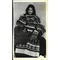 1979 Press Photo Portland knitting instructor Joyce Cario displays creations